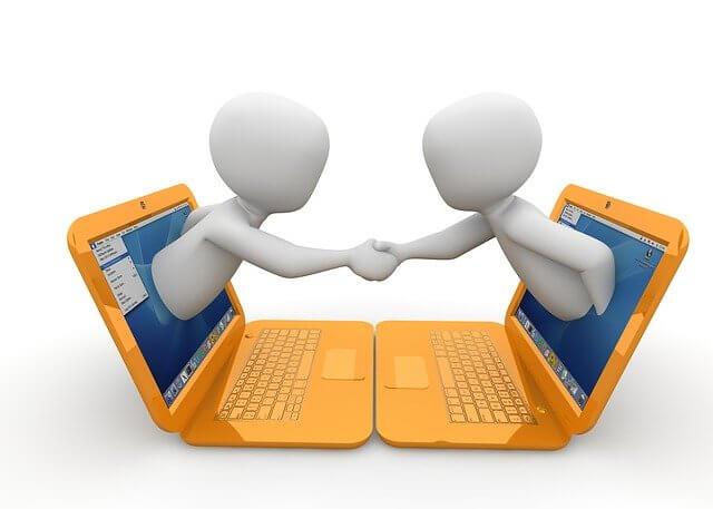 Talent Relationship Management: Händschütteln von zwei Dummys