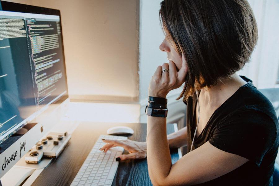 Programmierer vor Computer